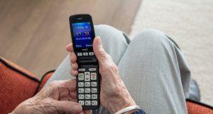 elderly phone mobile (skemnews)